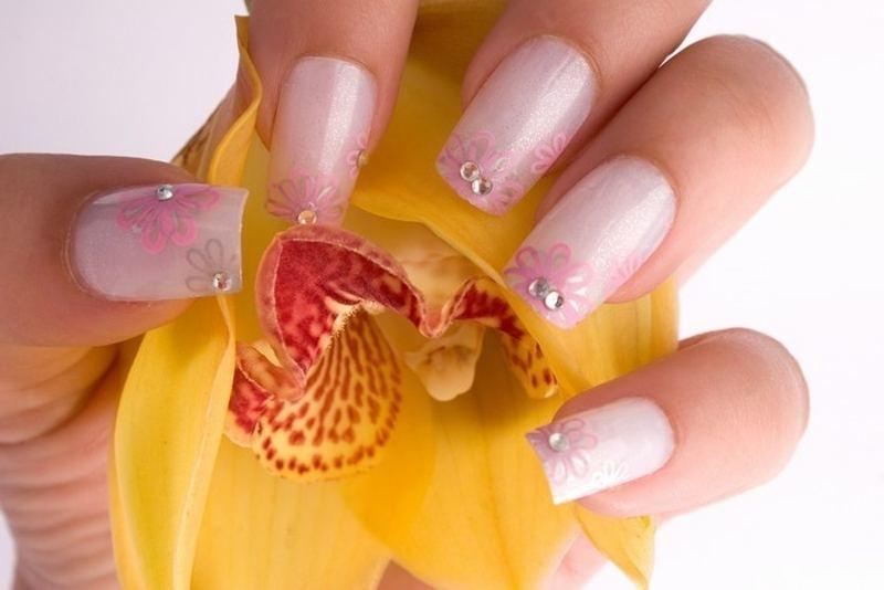 nageldesign fruehlingsaegel blume schlicht mit strasssteinchen - Gel Fingernagel Muster